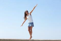 Caminhada de equilíbrio da jovem mulher que anda fora Imagens de Stock