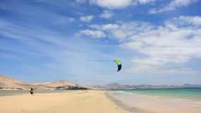 Caminhada de Kitesurfer em uma praia com o Softkite em Ilhas Canárias de Fuerteventura video estoque