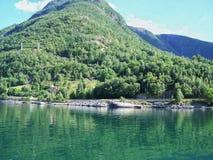 Caminhada de natureza nas madeiras, a água do fiorde, fundo do dia ensolarado imagens de stock royalty free