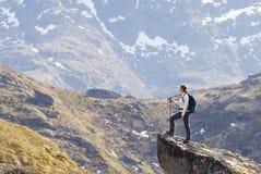 Caminhada de Noruega, viajante da jovem mulher com a trouxa que está no Imagem de Stock