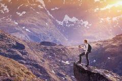 Caminhada de Noruega, viajante da jovem mulher com a trouxa que está no Foto de Stock