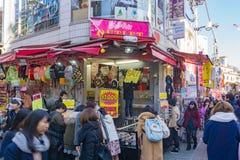 Caminhada de Rowds através da rua de Takeshita no Harajuku Tóquio, Japão Fotos de Stock Royalty Free