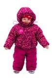 Caminhada do bebê pela neve perto do parque do inverno foto de stock