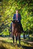 Caminhada do casamento na natureza com cavalos Imagem de Stock Royalty Free