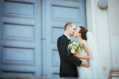 Caminhada do casamento perto da catedral Foto de Stock
