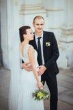 Caminhada do casamento perto da catedral Fotografia de Stock Royalty Free