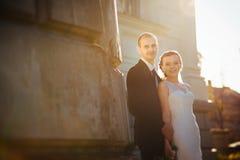 Caminhada do casamento perto da catedral Fotos de Stock Royalty Free