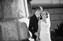 Caminhada do casamento perto da catedral Imagem de Stock Royalty Free