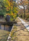 A caminhada do filósofo em Kyoto durante o outono fotografia de stock