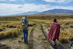 Caminhada do guia do Masai nas montanhas imagem de stock