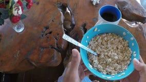 Caminhada do homem à menina que come o café da manhã no ponto de vista da câmera da ação do terraço do verão dos pares que comem  filme