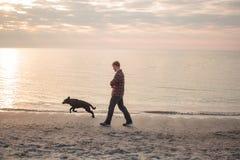 Caminhada do homem com cão Imagens de Stock