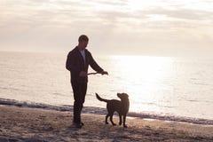 Caminhada do homem com cão Fotos de Stock