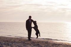Caminhada do homem com cão Imagem de Stock