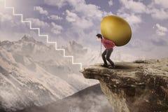 Caminhada do homem de negócios acima com ovo do ouro Imagens de Stock