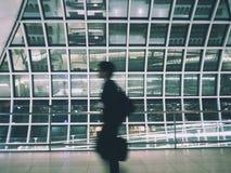 Caminhada do homem no aeroporto Fotografia de Stock