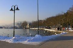 Caminhada do inverno pelo rio fotografia de stock