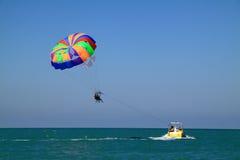 Caminhada do mar em um paraquedas Imagem de Stock