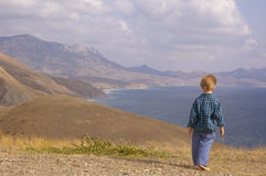 Caminhada do rapaz pequeno na montanha do verão Fotografia de Stock Royalty Free