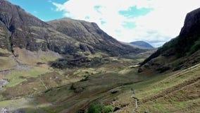 Caminhada do tiro de Glen Coe Highlands scotland e opinião aéreas do panorama vídeos de arquivo