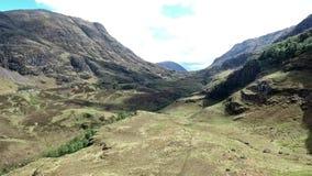 Caminhada do tiro de Glen Coe Highlands scotland e opinião aéreas do panorama video estoque
