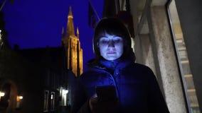 Caminhada do turista da menina em nivelar Bruges Bélgica video estoque