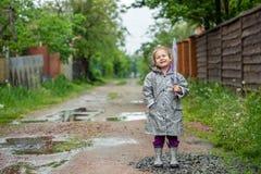 Caminhada do verão na menina da chuva com um guarda-chuva Foto de Stock Royalty Free