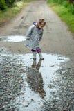 Caminhada do verão na menina da chuva com um guarda-chuva Fotografia de Stock Royalty Free