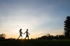 Caminhada dos amantes que guarda pelas mãos Imagem de Stock