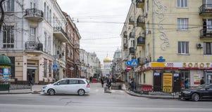 Caminhada dos cidadãos em uma cidade da mola Fotografia de Stock Royalty Free