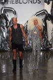 Caminhada dos desenhistas David Blond e do Phillipe Blond a pista de decolagem no desfile de moda de Blonds Imagens de Stock