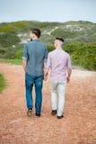 Caminhada dos homem gay ao longo de um trajeto do cascalho foto de stock royalty free