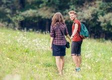 Caminhada dos jovens exterior Fotos de Stock Royalty Free