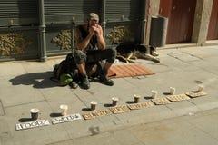 Caminhada dos jovens que pede o dinheiro nas ruas de Porto fotos de stock