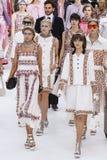 Caminhada dos modelos o final da pista de decolagem durante a mostra de Chanel Imagem de Stock