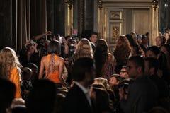 Caminhada dos modelos o final da pista de decolagem na mostra de Emilio Pucci como uma parte de Milan Fashion Week Fotos de Stock