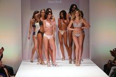 Caminhada dos modelos o final da pista de decolagem no desfile de moda de Bradelis Fotografia de Stock Royalty Free