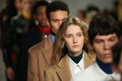 Caminhada dos modelos o final da pista de decolagem no desfile de moda 2017 de Calvin Klein Collection Autumn Winter Imagens de Stock Royalty Free
