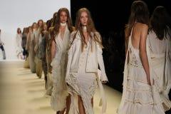 Caminhada dos modelos o final da pista de decolagem no desfile de moda de Jonathan Simkhai Fotos de Stock Royalty Free