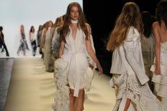 Caminhada dos modelos o final da pista de decolagem no desfile de moda de Jonathan Simkhai Imagem de Stock Royalty Free