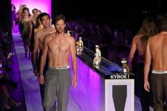 Caminhada dos modelos o final da pista de decolagem no KYBOE! desfile de moda Imagem de Stock Royalty Free