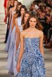 Caminhada dos modelos o final da pista de decolagem que veste Ralph Lauren Spring 2016 durante a semana de moda de New York Imagem de Stock