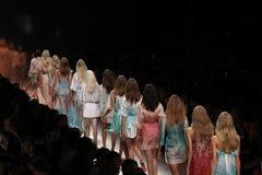 Caminhada dos modelos a pista de decolagem durante a mostra de Blumarine como uma parte de Milan Fashion Week fotografia de stock royalty free