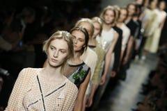 Caminhada dos modelos a pista de decolagem durante a mostra de Bottega Veneta como uma parte de Milan Fashion Week Fotografia de Stock Royalty Free