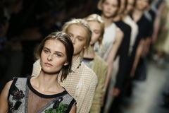 Caminhada dos modelos a pista de decolagem durante a mostra de Bottega Veneta como uma parte de Milan Fashion Week Imagens de Stock