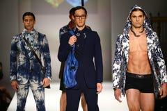 Caminhada dos modelos a pista de decolagem no desfile de moda do bretão de Malan Foto de Stock