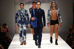 Caminhada dos modelos a pista de decolagem no desfile de moda do bretão de Malan Imagem de Stock Royalty Free