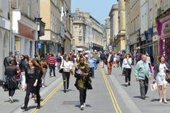 Caminhada dos povos ao longo de uma rua da compra do centro de cidade no banho Inglaterra Foto de Stock