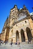 Caminhada dos povos em torno de St Vitus Cathedral Imagem de Stock Royalty Free