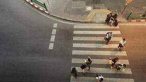 Caminhada dos povos na faixa de travessia do pedestre do caminho Fotografia de Stock